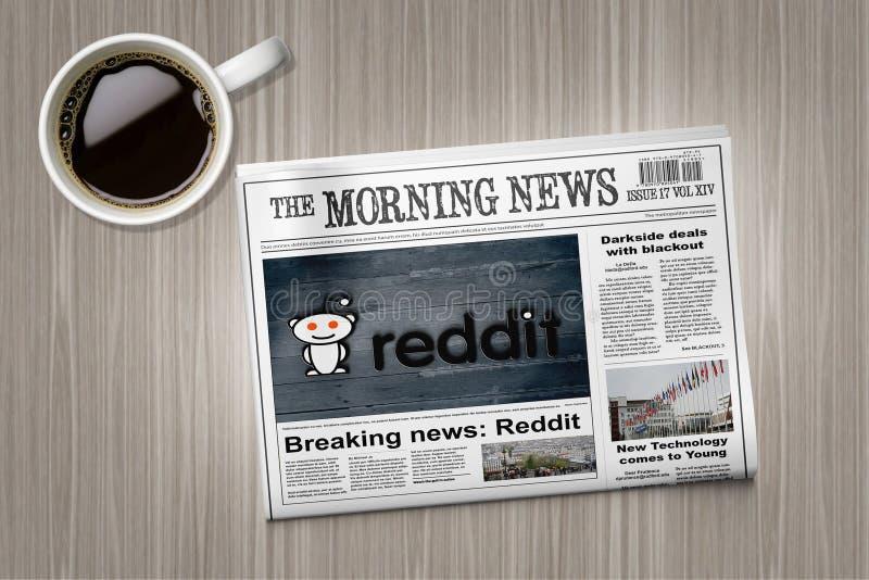 在报纸的Reddit新闻在咖啡杯附近的一张桌上 库存图片