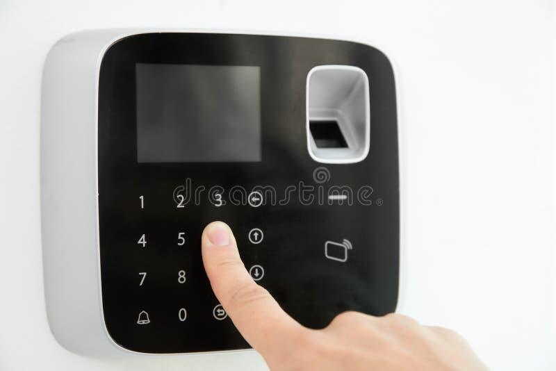 在报警系统键盘的少妇输入的代码 免版税图库摄影