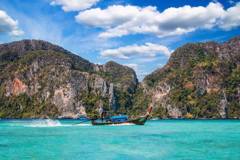 在披披岛Ko发埃发埃海湾,泰国的传统泰国长尾巴小船 免版税库存图片
