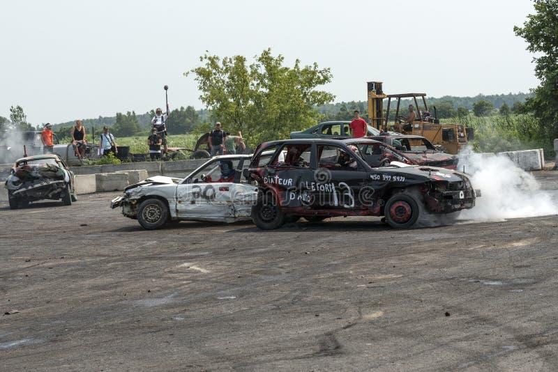 在抽杀期间的被击毁的汽车 免版税库存照片