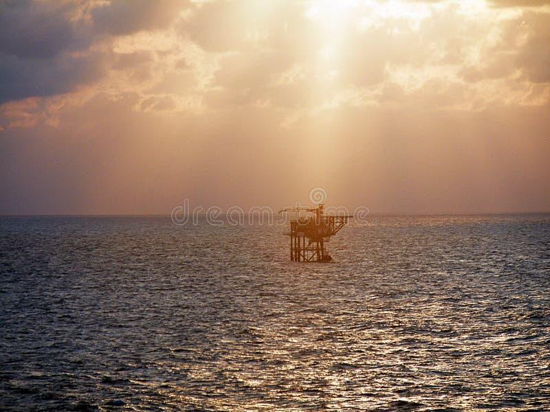 在抽油装置平台,纳土纳海印度尼西亚的日落 库存图片