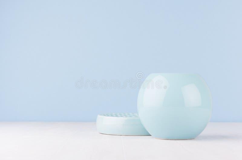 在抽象内部的当代艺术-软绵绵地淡色蓝色在白色木桌上的颜色陶瓷球形和圈子碗 库存图片
