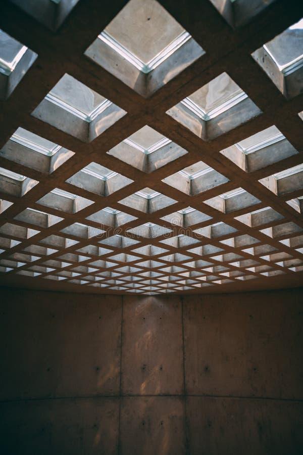 在抽象大厦的方形的窗口天花板 库存照片