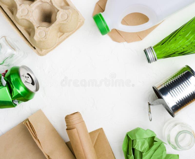 在抽象白色背景的垃圾回收或再用概念的 库存照片