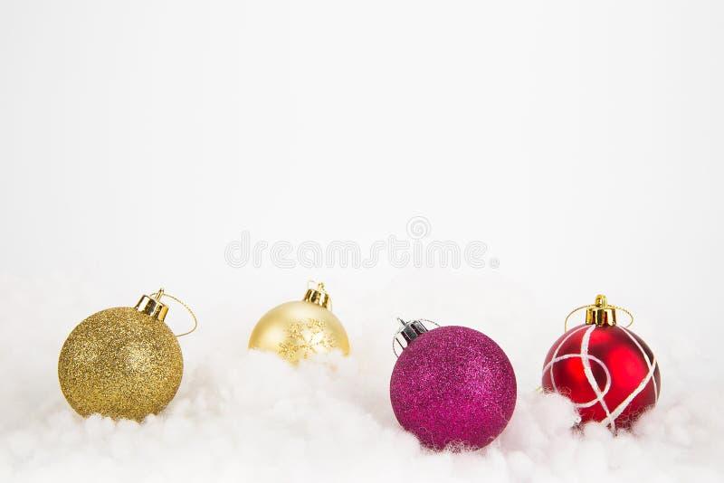 在抽象背景的五颜六色的圣诞节球 免版税库存照片