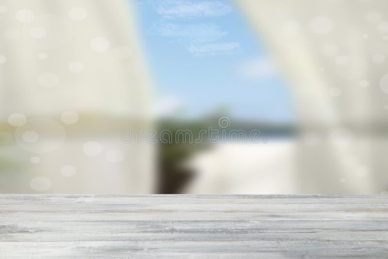 在抽象自然聪慧的bokeh bac的空的土气木桌 免版税库存照片