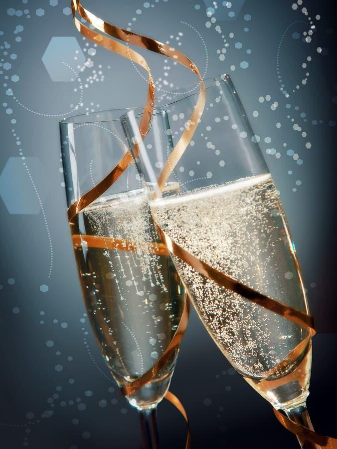 在抽象蓝灰色背景的酒杯 免版税图库摄影