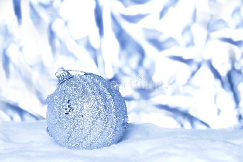 在抽象轻的背景的圣诞节球 免版税库存照片