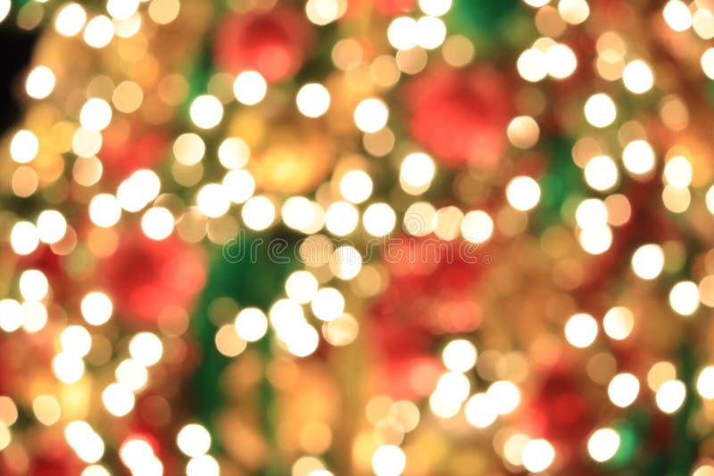 在抽象轻的金黄bokeh背景的圣诞树 免版税库存照片