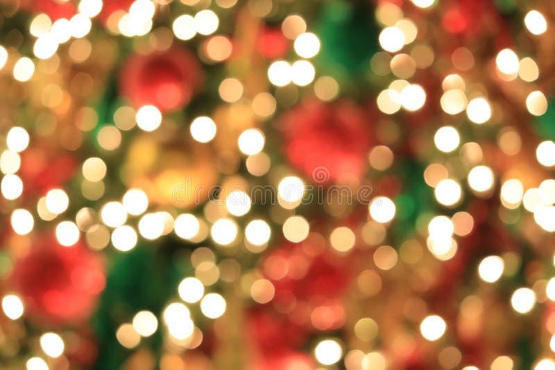 在抽象轻的金黄bokeh背景的圣诞树 库存照片