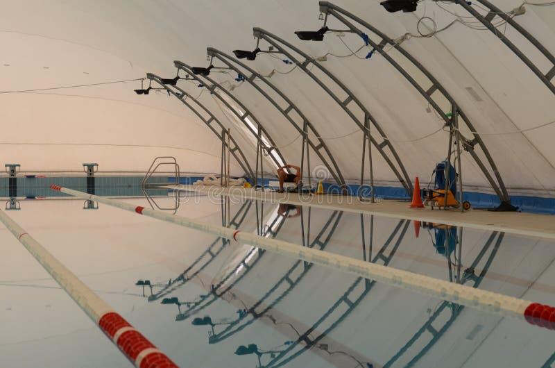 在拉伸结构的Swimim水池 免版税库存图片