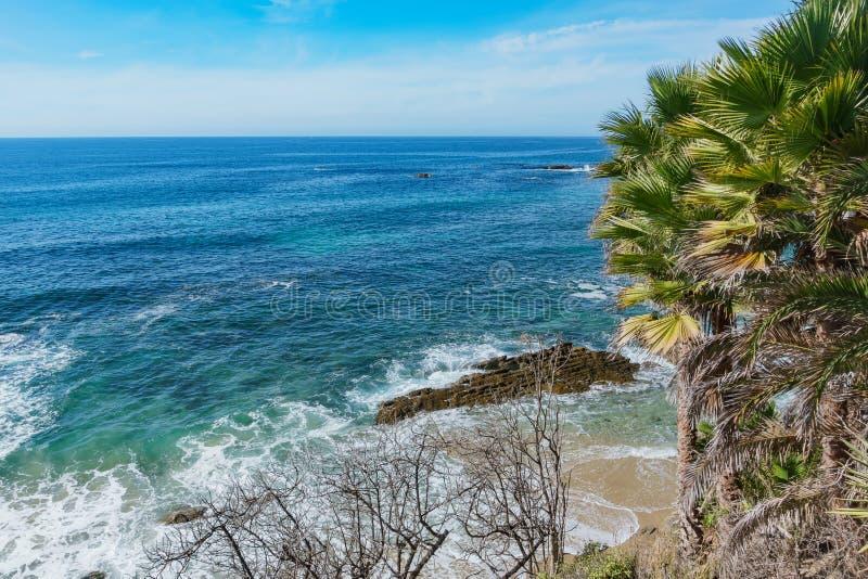 在拉古纳海滩附近的吻合风景 库存照片