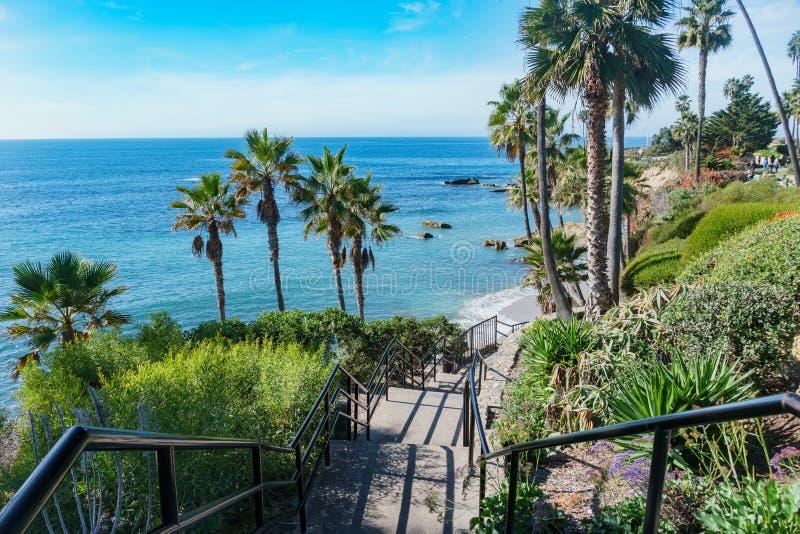 在拉古纳海滩附近的吻合风景 库存图片