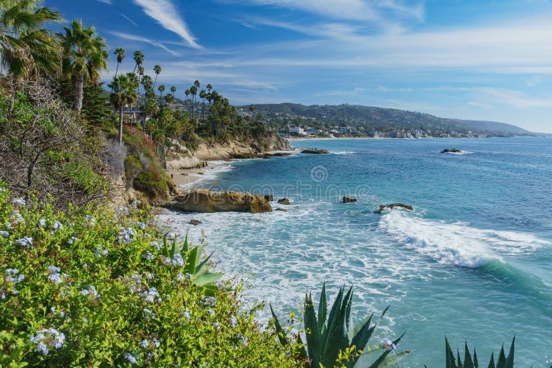 在拉古纳海滩附近的吻合风景 免版税库存图片