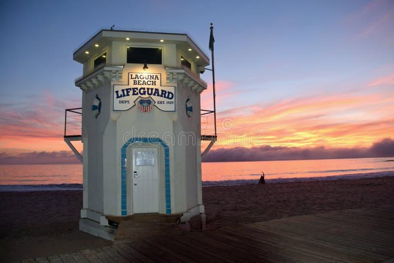 在拉古纳海滩,加利福尼亚主要海滩的偶象救生员塔  免版税图库摄影
