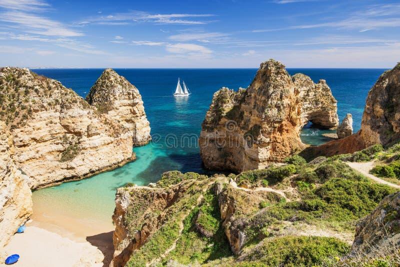 在拉各斯镇,阿尔加威地区,葡萄牙附近的美丽的海滩 免版税库存图片