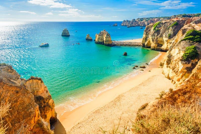 在拉各斯附近的美丽的沙滩在Panta da Piedade,阿尔加威,葡萄牙 免版税库存图片