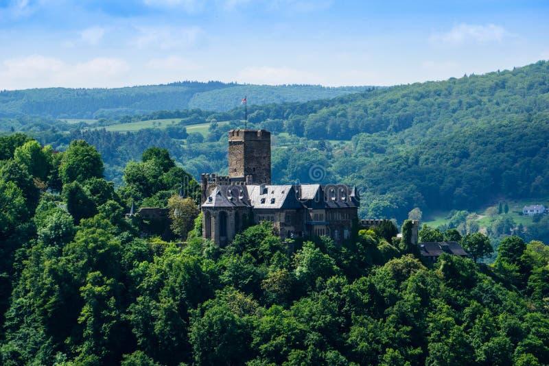 在拉恩斯泰因与蓝天的上午莱茵的城堡lahneck 免版税库存图片