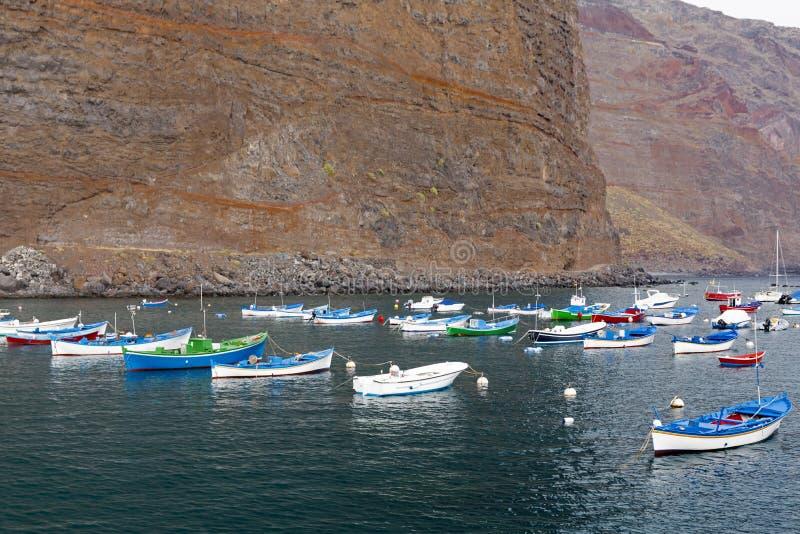 在拉戈梅拉海岛,西班牙上的小捕鱼港口 库存照片