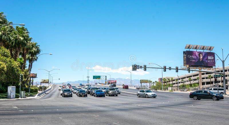 在拉斯维加斯街道上的汽车旅游交通  旅游旅行向内华达,美国 免版税库存图片