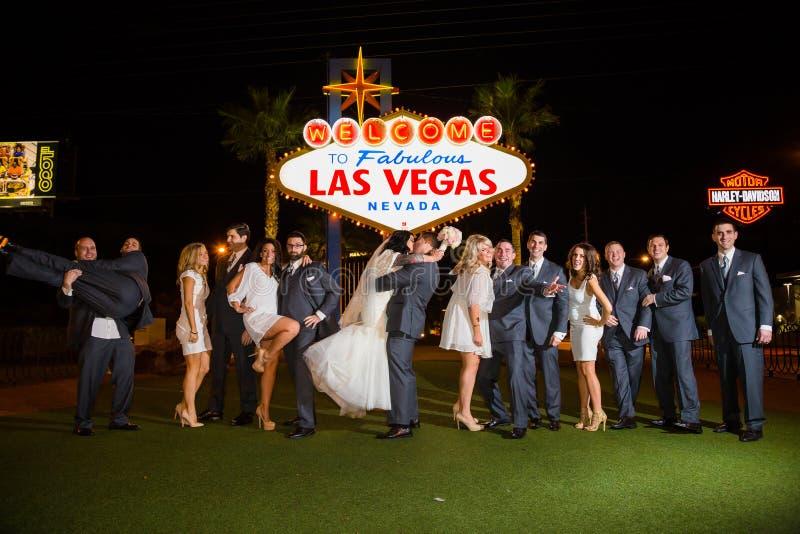 在拉斯维加斯标志的婚礼聚会 库存图片