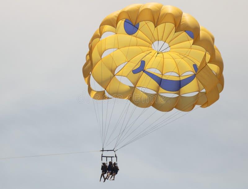 在拉海纳港口,西部毛伊,夏威夷上的三重奏帆伞运动 免版税库存照片