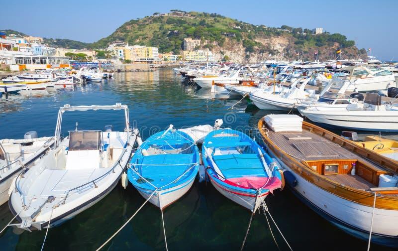 在拉科阿梅诺和游艇停泊的小船 免版税库存图片