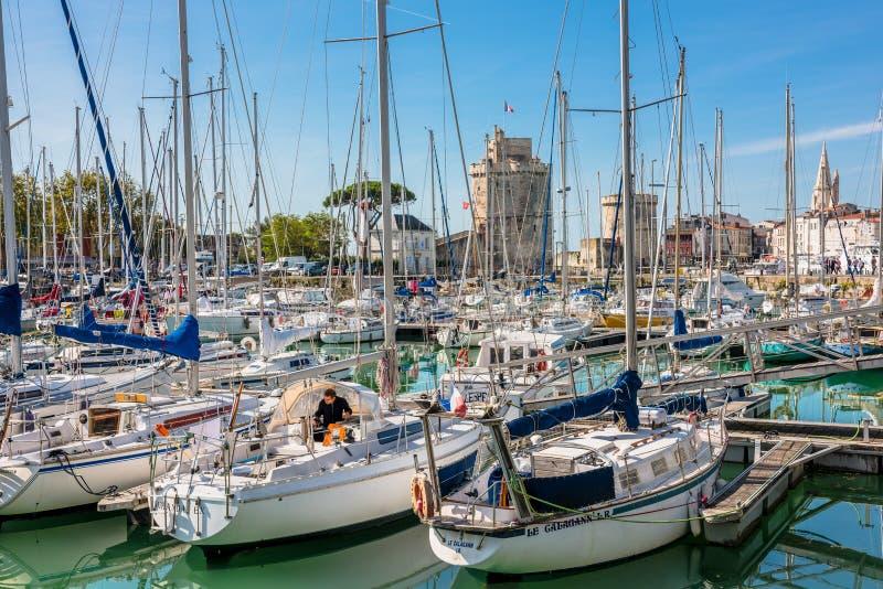 在拉罗歇尔旧港口的游艇  免版税库存照片