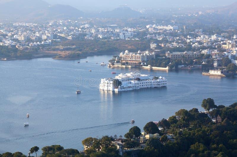 在拉贾斯坦州,印度的乌代浦和湖Pichola鸟瞰图 免版税库存照片