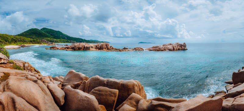 在拉迪格岛的遥远的热带海滩 塞舌尔海岛的美好的异乎寻常的全景 库存照片