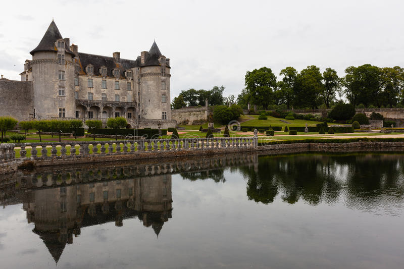 在拉洛希Courbon城堡的反射 免版税图库摄影
