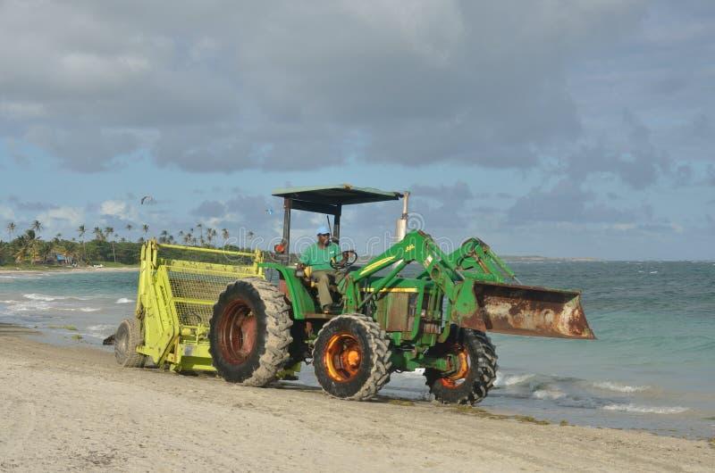 在拖拉机的海浪犁耙 免版税库存图片