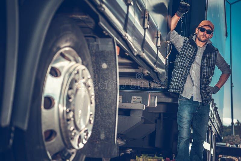 在拖车之间的卡车司机 库存图片