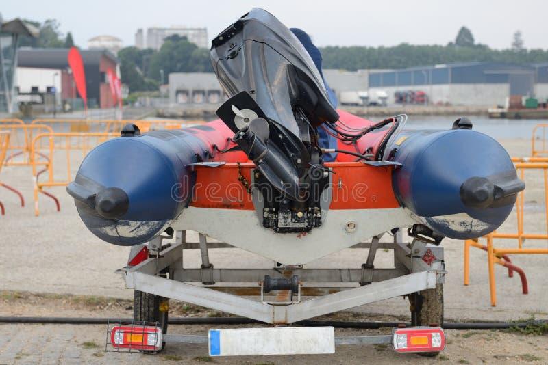 在拖车特写镜头背面图的可膨胀的汽艇 免版税图库摄影