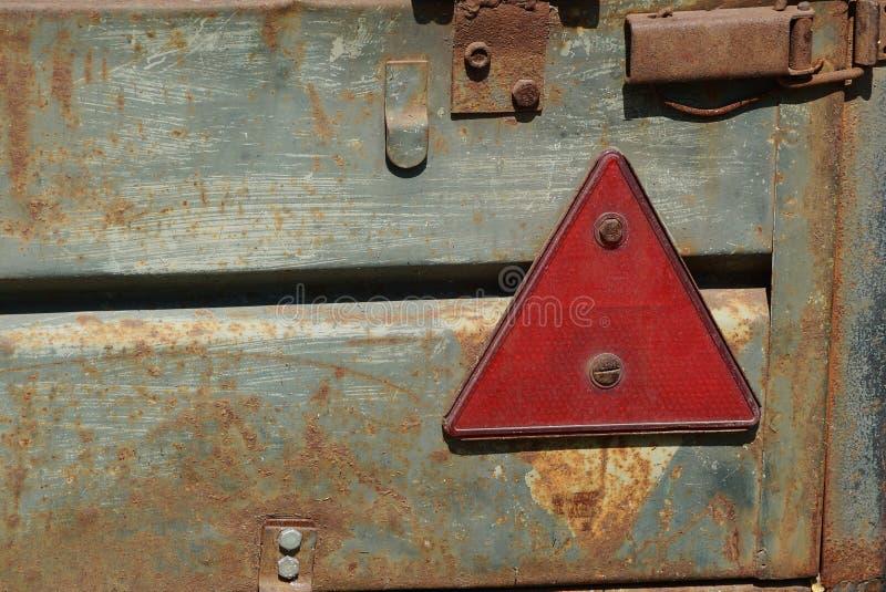 在拖车的红色塑料三角标志反射器 免版税图库摄影