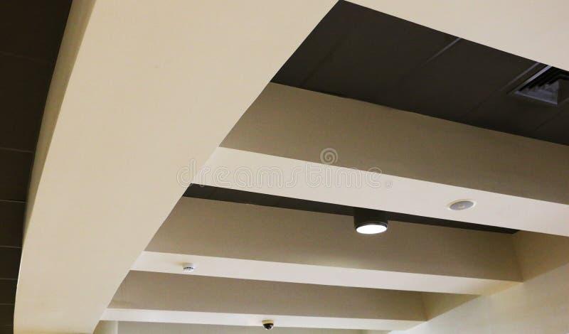 在招待会大厅的天花板和走廊在商业中心 一个现代会场的内部 库存图片