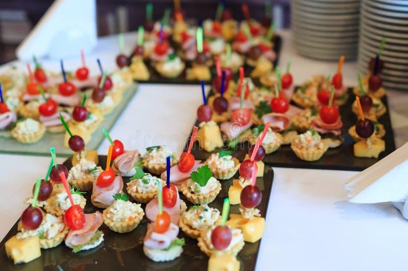在招待会的自助餐 点心的分类 库存图片