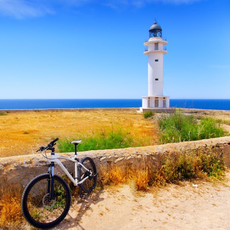 在拜雷阿尔斯Formentera Barbaria灯塔的自行车 免版税图库摄影