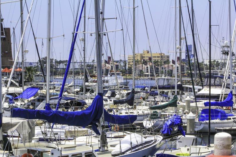 在拥挤小游艇船坞的晴天 库存图片