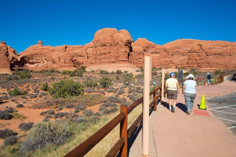 在拱门国家公园的双重曲拱足迹在默阿布,犹他美国 库存图片