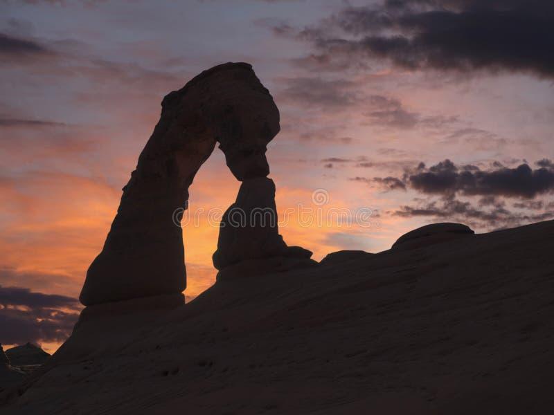 在拱门国家公园的精美曲拱日落 免版税库存照片
