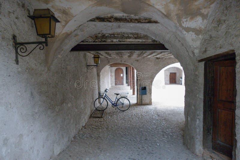 在拱廊的老自行车 库存图片