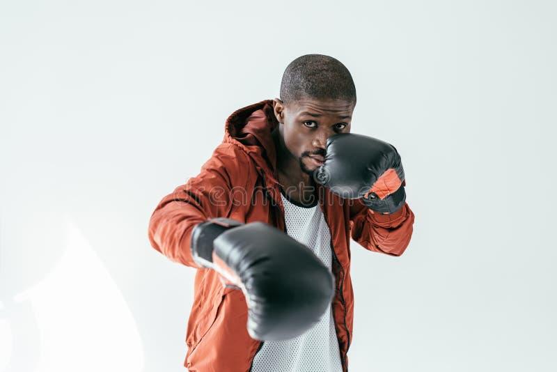 在拳击手套的非裔美国人的拳击手训练, 库存图片