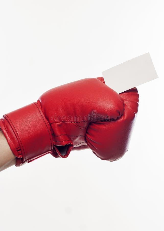 在拿着名片的拳击手套的手 免版税图库摄影