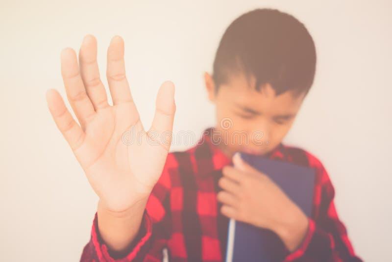 在拿着圣经的男孩的特写镜头 免版税库存图片