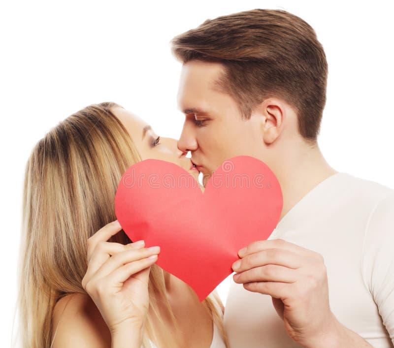 在拿着红色心脏的爱的愉快的夫妇 库存照片