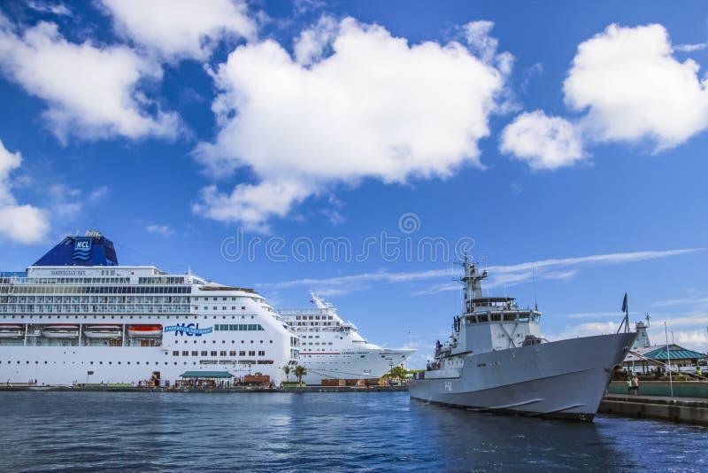 在拿骚靠码头的游轮巴哈马 库存图片