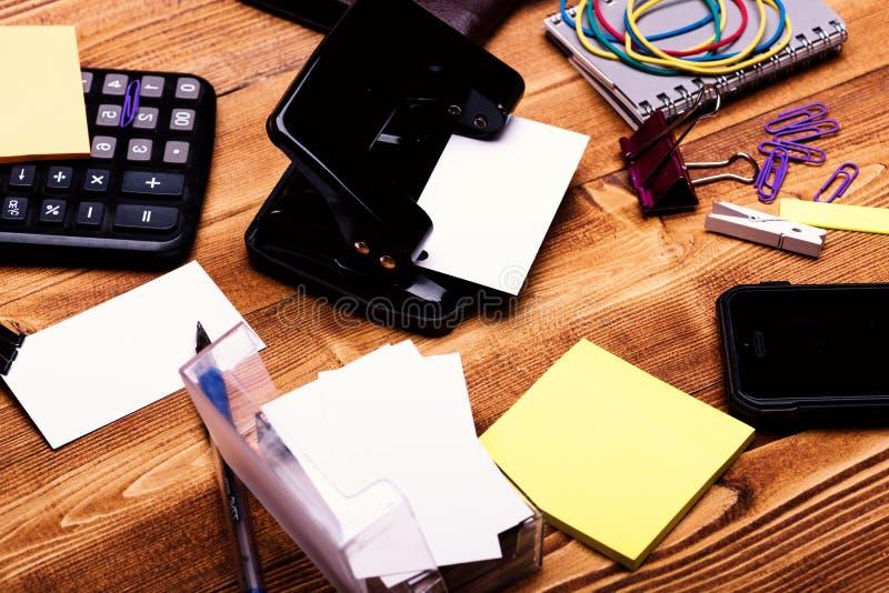 在持卡者、黏合剂、弹性、夹子和笔记本的名片 库存图片