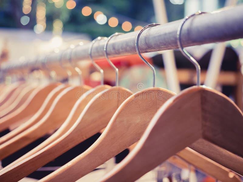 在挂衣架时尚零售室外显示的商店的衣物 免版税库存图片