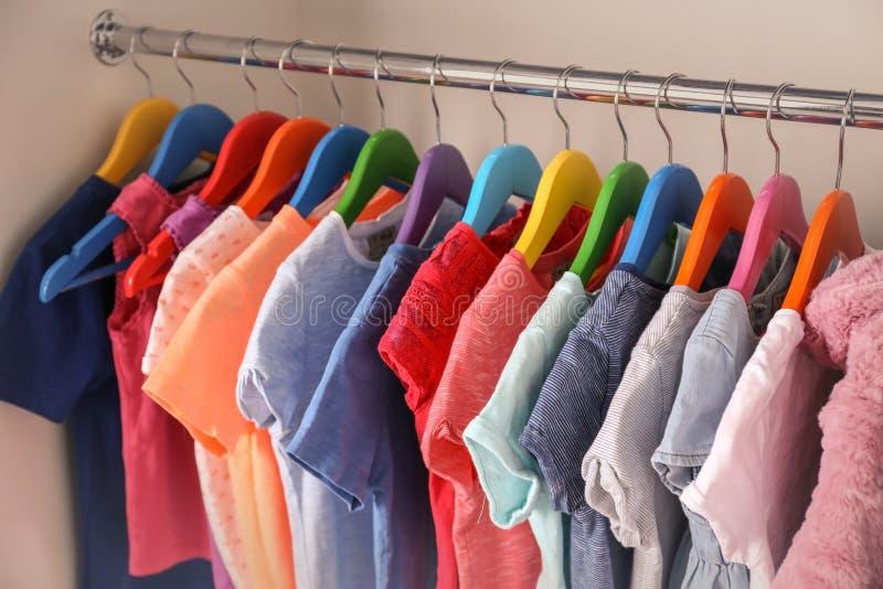在挂衣架的五颜六色的衣裳 免版税库存照片